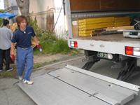 松元サービスのイベント・演劇舞台セット輸送 舞台用品のトラック輸送 4tエアサス パワーゲート車